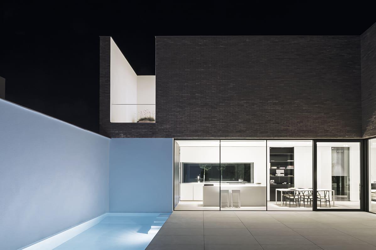 esterno_casa_arredato_con_serramenti_scorrevoli_finnova